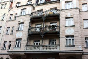 Foto einer Hausfassade. Ein gutes Beispiel für den Unterschied zwischen Sondereigentum und Gemeinschaftseigentum