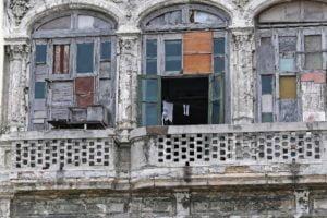 Bild eines Renovierungsbedürftigen Balkons. Je nach dem was in der Teilungserklärung festgelegt wurde musst du bei einer Balkonsanierung mehr oder weniger zahlen