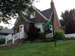 Verkaufst du deine Immobilie nach einigen Jahren wieder, ist der Wiederverkaufswert, den du erzielst eine wichtige Komponente in der Gesamt-Renditeberechnung für diese Investition. Hältst du die Immobilie dauerhaft, um sie zu vermieten, ist der aktuelle Marktpreis dagegen uninteressant.
