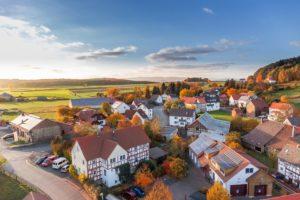 Das Dorfleben hat sicherlich seine positiven Seiten. Als Investor und Vermieter solltest du wegen der niedrigen Nachfrage aber von kleinen Städten und Dörfern eher die Finger lassen.