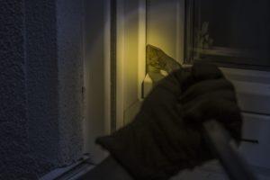 Bild eines Einbrechers: Souterrain-Wohnungen bieten oft weniger Sicherheit, da die Fenster oft auf Straßenniveau sind