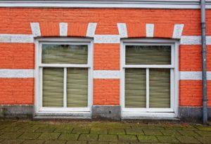 Fenster auf Straßenebene: Ein klassisches Beispiel für eine Souterrain-Wohnung