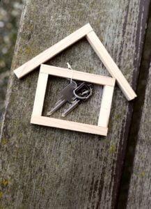 Du bietest deinem Mieter eine gute Wohnung und bekommst dafür eine Entlohnung. Wenn du nicht zu teuer gekauft hast, funktioniert deine Immobilie und dein Mieter zahlt im Laufe der Jahre über den Mietzins deinen Kredit ab.