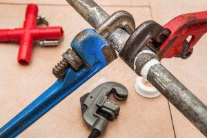 Abbildung eines Rohres das Repariert wird. Reparaturen sind ein klassisches Beispiel von nicht umlagefähigen Nebenkosten