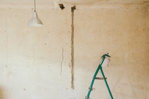 Ein wichtiger Punkt bei der Wohnungsbesichtigung ist es, die notwendigen Renovierungen abzuschätzen, bevor du die Wohnung wieder vermieten kannst.