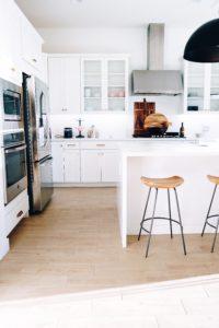 Jeder Mieter wünscht sich eine helle Wohnung. Achte daher bei der Wohnungsbesichtigung darauf, dass die Wohnung eine gute Ausrichtung hat und möglichst viele Zimmer nach Süden oder Westen zeigen.