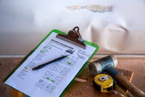 Bei einer Wohnungsbesichtigung einer Immobilie zur Vermietung solltest du auf verschiedene konkrete Punkte beim Thema Renovierung achten.