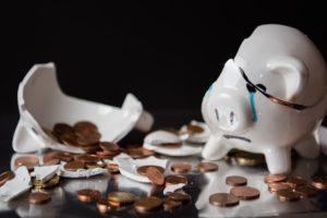 Sparschwein schlachten ist nicht mehr: Kaufst du Immobilien und vermietest diese, bist du zum Sparen gezwungen. Ein nicht zu unterschätzender Vorteil, wenn du Vermögen aufbauen willst!